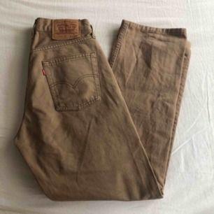 """Skit fina jeans från Levi's som är köpta här på plick men som tyvärr va för stora på mig som i vanliga fall har W27/28 L32 så skulle säga att de passar W29-31 beroende på om man vill ha de """"tighta"""" eller lösa. 200kr + frakt eller mötas 💖"""