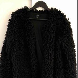 Jättefin svart pälsjacka, passar så bra till nån utekväll eller styla jackan med vardagsoutfit