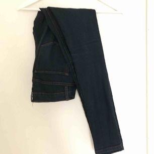 Mörkblå jeans från Forever21. Mycket sparsamt använda. Lågmidjade och långa ben. Frakt ingår!