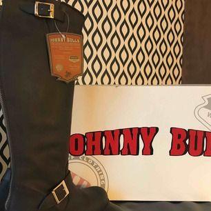 Jättefina stövlar från Johnny bulls, säljer då jag inte använder de längre. Använt en vinter! Annars är de nya. Köpta för 1800kr