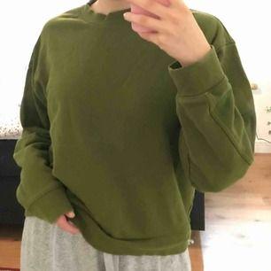 Sweatshirt i lite oversize modell från Weekday. Använd några gånger men fortfarande bra skick😁