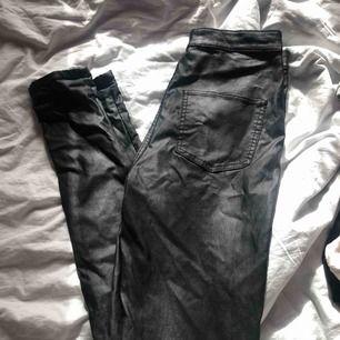 Ett par fake skinn byxor från Nelly, använda 2-3 gånger så bra skicka. Det är längd 31och jag är 167-168 och dom är för långa för mig.