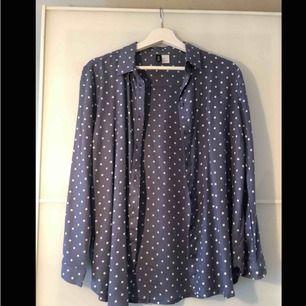 """Mjuk och """"flowy"""" skjorta i blågrå färg från H&M som dessvärre blivit för liten för mig."""