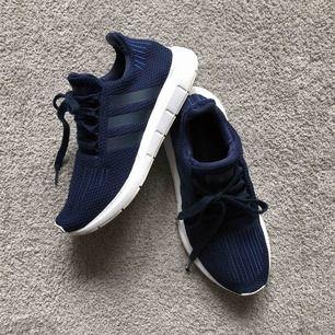 Adidas original i mörkblå färg. Storlek 38 2/3 men de med 38 ska ha dom då jag själv har 38 på skor😊 frakt 72kr eller möts upp i Sthlm.