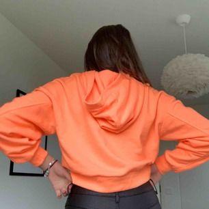 Ball hoodie i orange neon. Har inte använt dem mycket alls och säljer den därför.