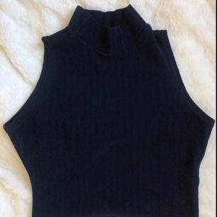 Superfint linne med polo, mörkblått & ribbat i superbra skick! Finns i Malmö. Kontakta mig för fler bilder :)