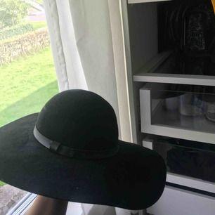 Jättefin hatt ifrån HM som jag tyvärr inte använt på ett tag nu. Möts upp i Göteborg annars kan den även fraktas:)