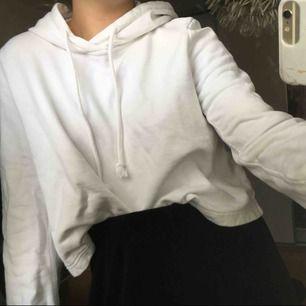 Vit hoodie från weekday Utsvängda armar <3🤪