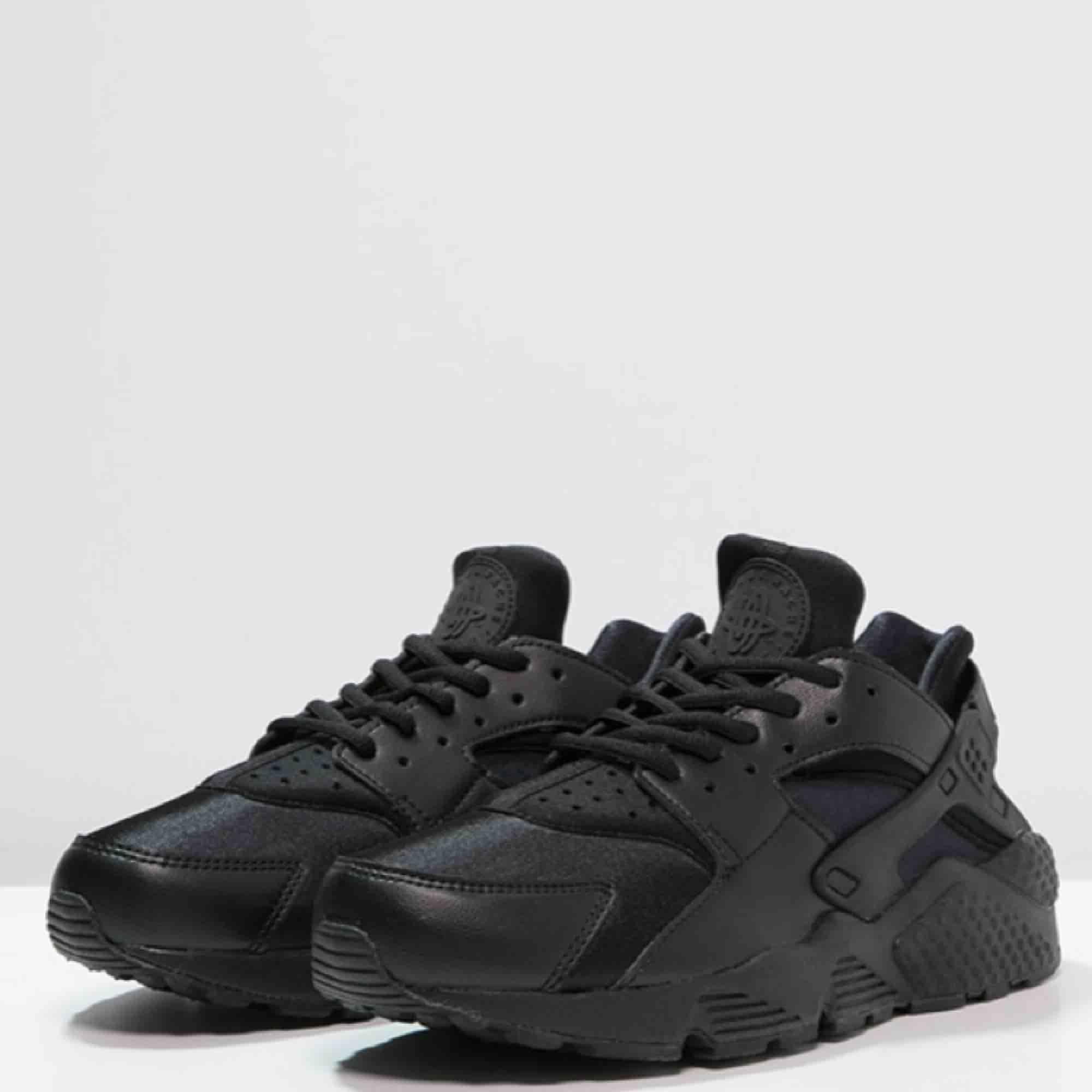 Skorna är små i storleken, jag brukar ha 36or. Dom e fräscha och är inprincip som nya. Köpta på Foot locker så dom är äkta. Nytt pris 1295kr. Skor.