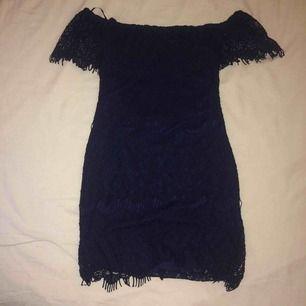 En snygg kort off shoulder festklänning som är kroppsformad! Nästintill nyskick! Kan skickas inom Sverige