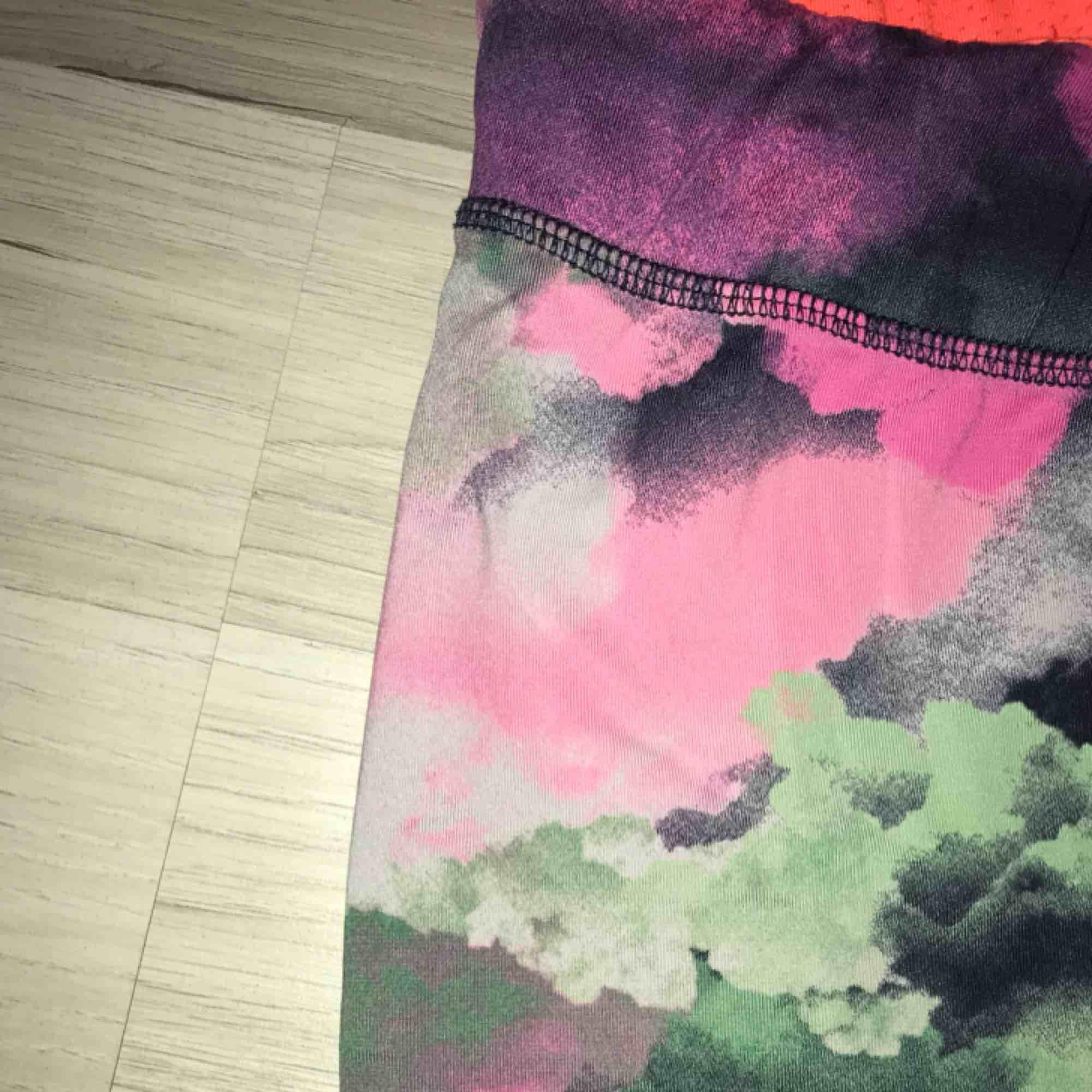Säljer dessa såå coola träningstights med tiedye-liknande mönster. Begagnat men fint skick, förutom ett litet hål på insidan av slutet av benet - men som var där när jag köpte dem. Strl XS. Möts i slussen eller så tillkommer frakt :). Jeans & Byxor.