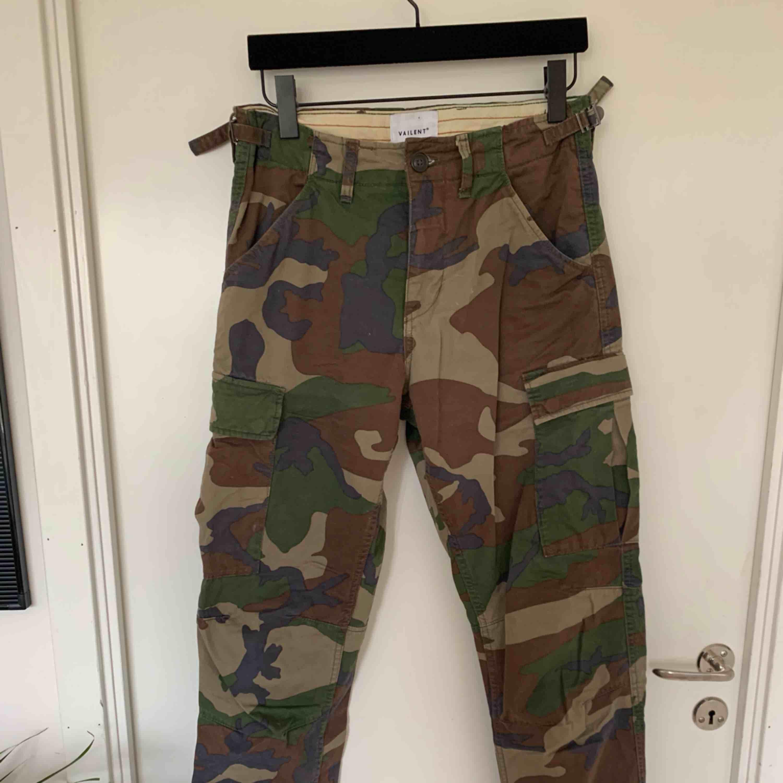 Skitsnygga militärbyxor/cargobyxor, ser asbra ut på och får röven att se bra ut. Köpt på carlings, bra skick. Jeans & Byxor.