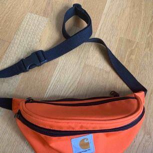 Carhartt väska, jättefint skick och använd ett fåtal gånger. Nypris ca. 450, säljes för 150🥰 Köparen står för frakt alternativt meet up i Göteborg.