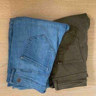 2 par byxor från river island som sitter skitsnyggt på röven. 1 par gröna cargobyxor och andra är blåa slitna jeans, båda är stretch och jättebekväma
