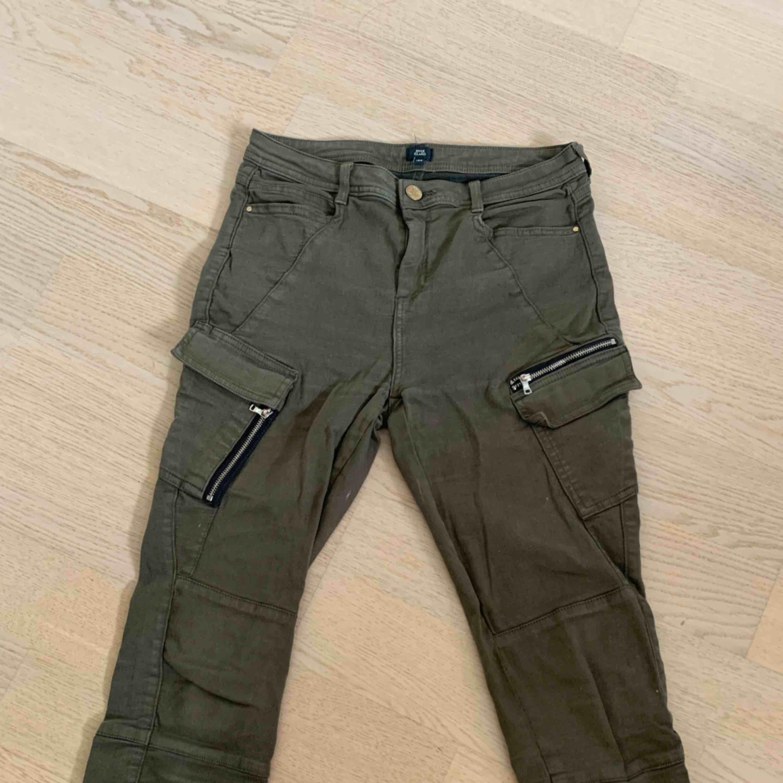 2 par byxor från river island som sitter skitsnyggt på röven. 1 par gröna cargobyxor och andra är blåa slitna jeans, båda är stretch och jättebekväma. Jeans & Byxor.