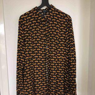 Skjortklänning med tiger print. Frankt tillkommer!