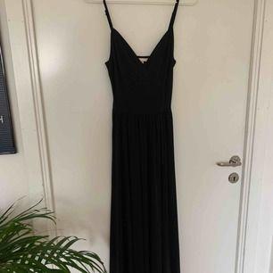 Skitsnygg svart högkvalitet klänning med tungt dramatiskt tyg. Asbra skick, använt 2 ggr
