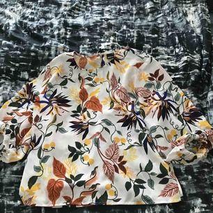 Underbar blus ifrån Gina tricot i Storlek 40. Inköpt i våras men inte min stil längre. Använd endast två gånger. Frakt tillkommer på 39 kr :))