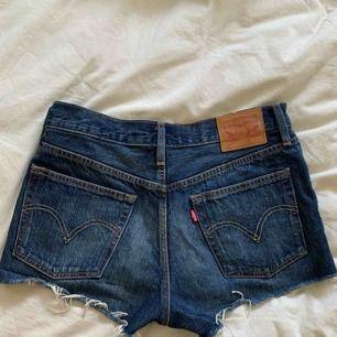 501 shorts från LEVIS. I en snygg mörkblå tvätt. Säljes pga för små.