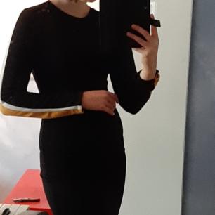 Svårt klänning med vita och gula streck på armarna. Säljer då jag och min syrra har likadana och vi delar kläder. Jag brukar i vanliga fall ha s och så här ser den ut på mig. Står m men passar på både s och m.