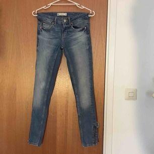 Kristen jeans från Gina i storlek 25/30! Fint skick, säljes för att de har blivit för små för mig. Kan mötas upp i Stockholm eller fraktas, köparen står för fraktens kostnad.