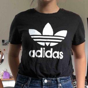 Säljer min adidas t-shirt, väldigt fint skick<3 träffas i stockholm vid köp annars tillkommer pris för frakt