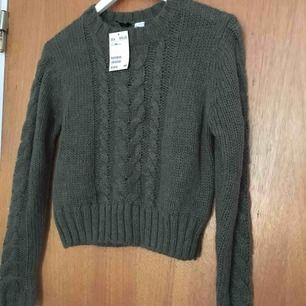 Mysig stickad tröja köpt från H&M i storlek XS, men funkar även till S, perfekt inför hösten! I bra skick då den bara har blivit testad och aldrig använd annars. Kan mötas upp i Stockholm eller fraktas