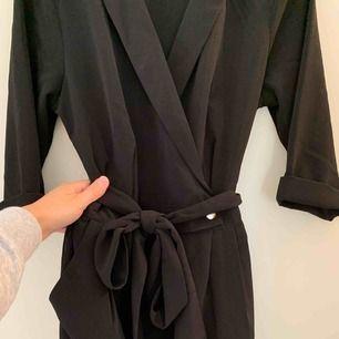 Jumpsuit från BIKBOK. Hellång, svart med kavajkrage och halvlånga ärmar. Jag är en strl S men lång så tog M i denna. Skärp i midjan. Mer bilder går att få!!