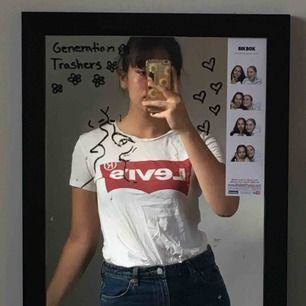 En jättefin, vit Levi's t-shirt<3 möts upp i stockholm vid köp annars tillkommer pris för frakt