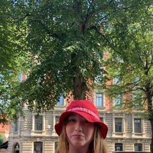 Supreme tonal taping crusher red (SS18) buckethat, size medium/large! Inga flaws och är i superfint skick🤠  500kr🥰
