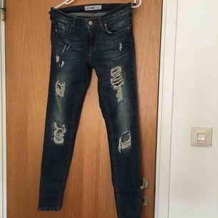 Jätte snygga slitna jeans från Gina i storlek w26! Säljer för att de sitter för små på mig.  Kan mötas upp i Stockholm eller fraktas, köparen står för frakten.