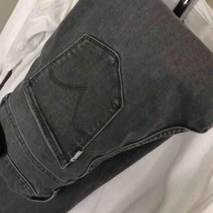 Ett par Levis jeans köpta från Levis hemsida. Köpte dem för 1099 kr! Jag brukar ha både XS och S (kan ha M i vissa byxor) o dessa sitter takt på mig. Kan även töjas ut!👍🏼