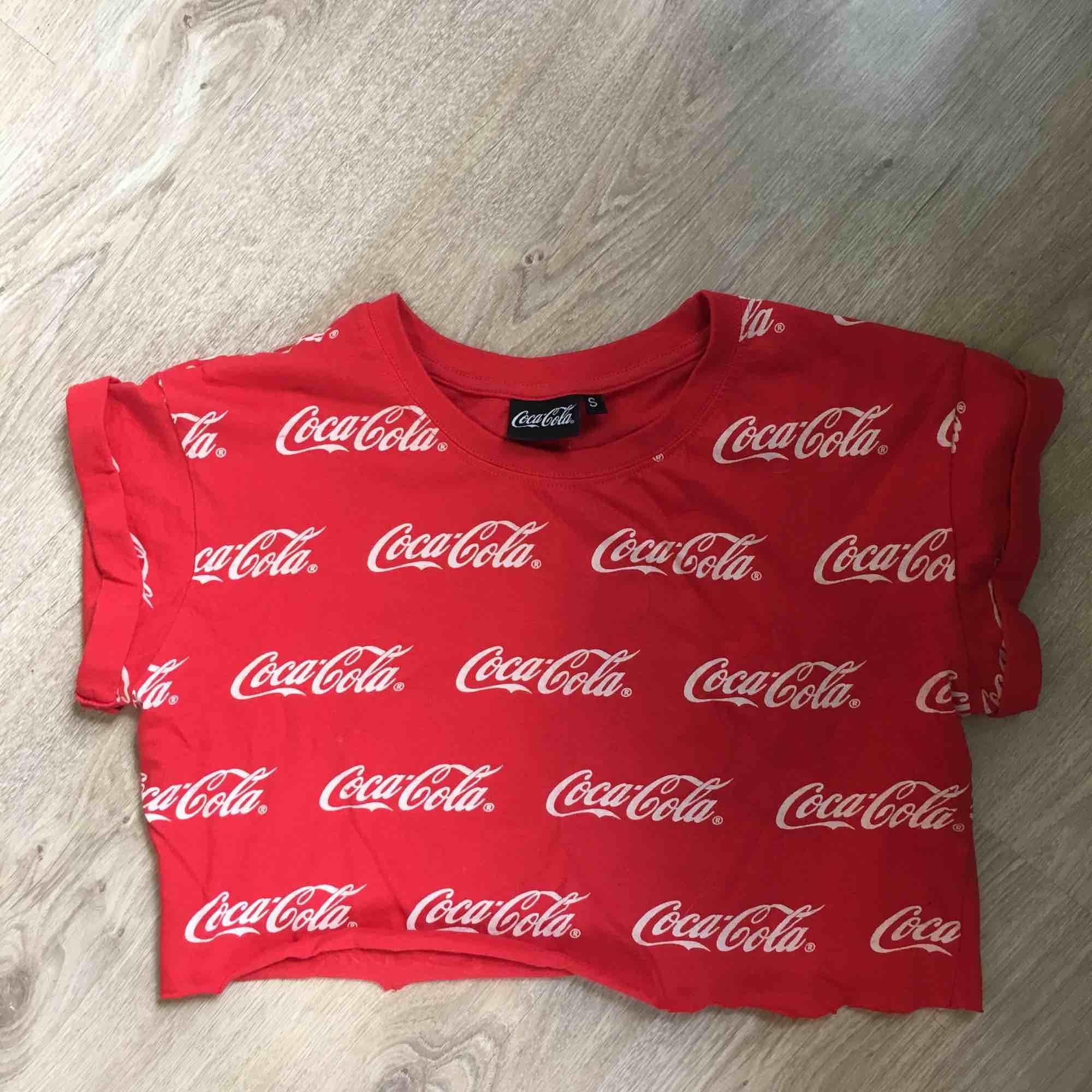 En super cool croppad coca-cola t-shirt<3 möts upp i stockholm vid köp. T-shirts.