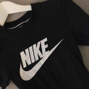 En Nike t-shirt från nellie! Det är en body som sitter tajt!
