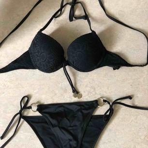 Suuuper snygg bikini i toppen skick😍säljes pga av att den har blivit för liten för mig och den är aldrig använd 🌸överdelen är i storlek 75B och nedre delen 34 vilket motsvarar S