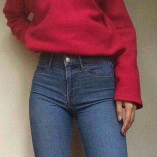 tajta blåa jeans från H&M! nyskick och använda få gånger! W:27! möts i sthlm eller fraktar om köparen betalar frakt!💙
