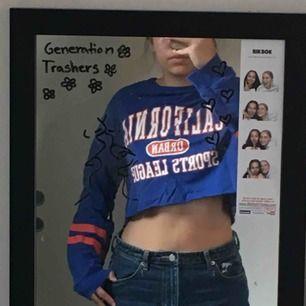 En croppad sweatshirt från h&m<3 möts upp i stockholm vid köp annars tillkommer pris för frakt