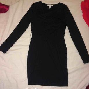 Snygg Diskret svartklänning kroppsformad (bältet saknas) använt 2-3 gånger