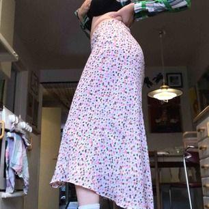Super snygg blommig kjol. Köparen står för frakten💕