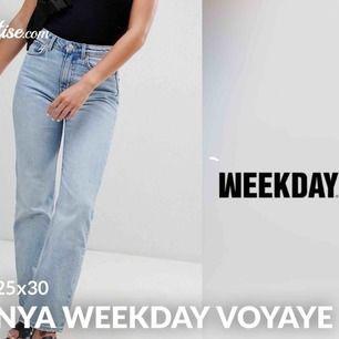 Hej! Köpte dessa jeans för cirka 3 månader sen, men sedan ta, så dom e alltså oanvända🥰 Tror dom skulle sitta bättre på någon annan än mig, om du köper nu (innan 15/10) bjussar jag på frakt!