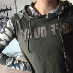 Militärgrön/ kamouflage färgad magtröja med text från hm??, tunn och väldigt bekväm💘 använd max 5 gånger