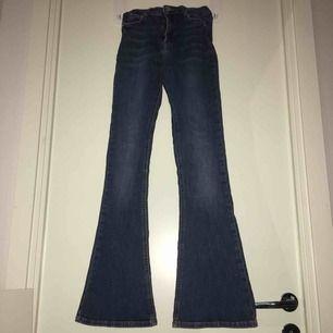 Jätte fina smått utsvängda jeans, som tyvärr har blivit för små.Bra skick ,förutom som ni ser på sista bilden så har själva lappen spruckit inte jeansen.