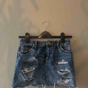 Skitsnygg jeanskjol från HM 🌟 Den är rättså kort! Frakt ingår ej.