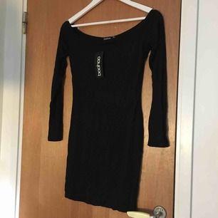 Off shoulder klänning från boohoo, endast testad! I UK size 8 (storlek 36), men sitter lite lös för mig som brukar ha den storleken annars. Passar nog bättre till storlek M, eller S för dem som vill att det ska sitta lite löst.