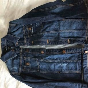 En väldigt lätt använd Mango jeans jacka, tjock jeans material och riktigt bekväm. Köpte originellt för 400kr