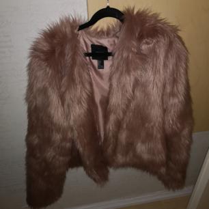 Säljer nu min fina pälsjacka från Forever 21 pga använder den aldrig. Köpte den för några år sen i Las Vegas och sen dess har den i princip bara hängt i garderoben. Storlek L men sitter rätt bra på mig som brukar ha S. Väldigt fint skick, den har två små hakar som man stänger den med💞köparen står för frakten eller så kan jag mötas upp i Eskilstuna🌷