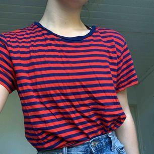 Röd/blå randig t-shirt