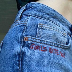 """Jeans med broderiet """"girls bite back"""" vid fickan"""