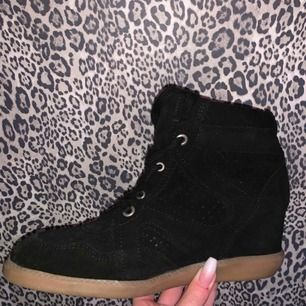 Säljer svarta skor från Pavement, ser ut som Isabel Marant. Använda endast 1 gång så ser ut som nya. Köpta på Jackie i Stockholm för 1199kr. Säljer för 400 + frakt! Hör av dig om du vill ha mer bilder.