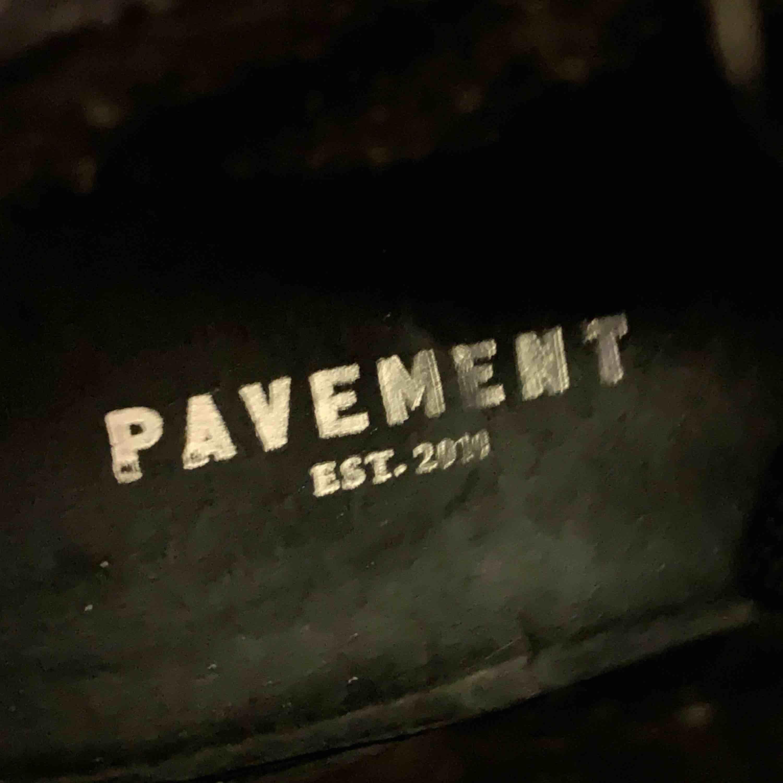 Säljer svarta skor från Pavement, ser ut som Isabel Marant. Använda endast 1 gång så ser ut som nya. Köpta på Jackie i Stockholm för 1199kr. Säljer för 400 + frakt! Hör av dig om du vill ha mer bilder. . Skor.